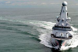 Ba tàu tấn công Iran dàn trận bao vây khu trục hạm Anh trên Vịnh Ba Tư