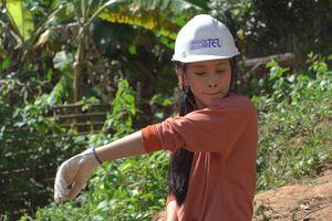 Hoa hậu Tiểu Vy để mặt mộc đẩy xe đất, đào giếng