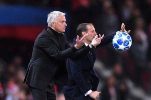 Giơ 3 ngón tay khiêu khích fan Juventus, Mourinho có ý gì?