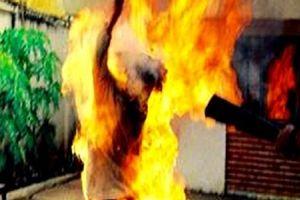 Hai vợ chồng bốc cháy như ngọn đuốc sau mâu thuẫn tình cảm