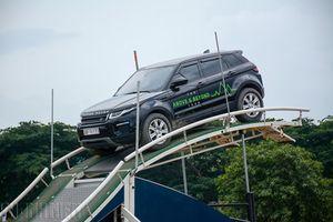 Lái dàn xe sang tiền tỉ Land Rover 'vượt hồ leo dốc' giữa lòng phố