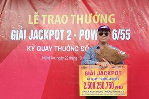 Khách hàng Nghệ An nhận giải thưởng Vietlott trị giá 2,5 tỷ đồng