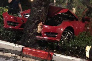 Hà Nội: Xe Mercedes mất lái đâm gãy cây 'khủng' trên đường Thanh Niên