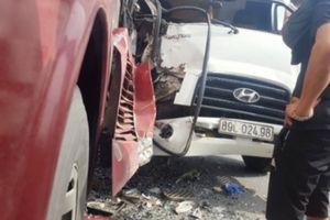 Xe tải đâm đuôi xe khách, hàng chục hành khách la hét kêu cứu