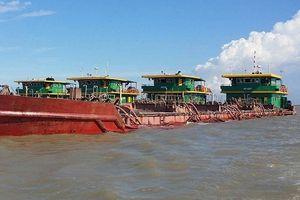Phát hiện, xử lý 4 sà lan khai thác cát trái phép trên biển