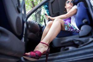 Phụ nữ lái xe: Có nên cấm mang giày cao gót?