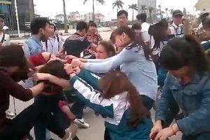 Ngăn bạn đánh nhau, nữ sinh lớp 10 bị đâm