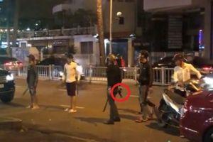 Nhóm thanh niên mang súng bắt người giữa trung tâm Sài Gòn