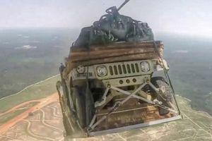 Máy bay quân sự Mỹ 'lỡ' thả nhầm xe bọc thép xuống rừng