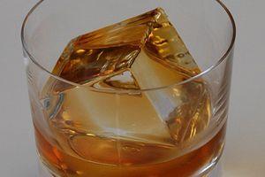 Giới siêu giàu chi tiền mua đá lạnh 'sang chảnh' về uống rượu
