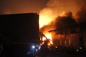 Xưởng gỗ bốc cháy dữ dội trong đêm, người dân hô hoán tháo chạy