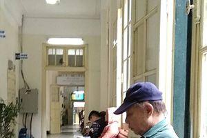 Nóng trên mạng xã hội: Xúc động với hình ảnh 'tình già' ở bệnh viện