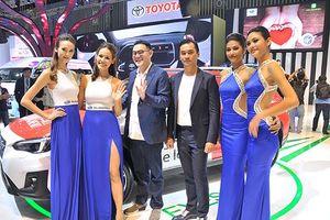 Dàn mẫu Việt đọ sắc cùng mẫu Tây tại VMS 2018
