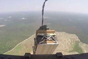 Vận tải cơ C-17 của Mỹ 'đánh rơi' xe bọc thép giữa rừng