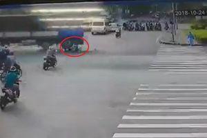 Clip: Nam thanh niên thoát chết thần kỳ ngay sát bánh xe tải