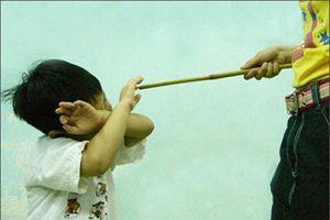 Trò lớp 1 lười học bị cô chủ nhiệm đánh bầm lưng