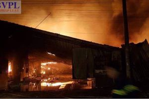 Xưởng gỗ cháy lớn trong nhiều giờ, thiệt hại hàng chục tỷ đồng