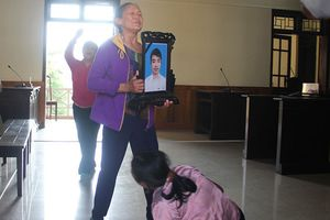 Náo loạn phiên tòa xét xử tài xế xe ben nghi cố tình cán chết nam sinh