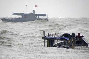 Tàu chìm, 13 ngư dân ôm can nhựa lênh đênh trên biển