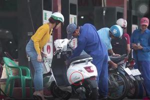 Cô gái dắt xe máy điện đi đổ xăng khiến anh nhân viên hoang mang