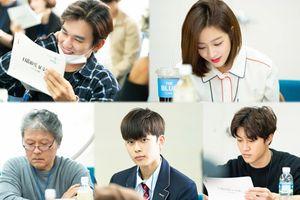 Jo Bo Ah xinh xắn bên 'mỹ nam' Yoo Seung Ho, Kwak Dong Yeon và Yoo Seon Ho tại buổi đọc kịch bản 'Revenge is Back'