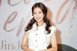 Clip: MAMAMOO gửi lời chúc tới 'đàn em' Jin Ju trong ngày debut tại Việt Nam
