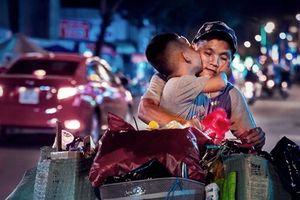 Khi bóng đá chưa đẹp như nụ hôn cu Thịnh trên chiếc xe đầy ve chai