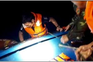 Kịp thời cứu sống các thuyền viên trôi dạt ngoài biển trong đêm tối
