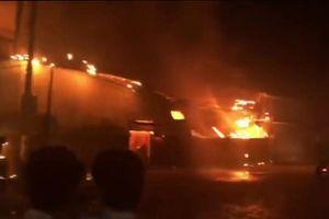 Clip: Xưởng gỗ ở Đồng Nai cháy nổ ngùn ngụt trong đêm