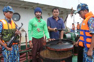 Cảnh sát biển bắt 3 tàu chở trái phép 250.000 lít dầu