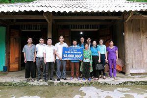 LĐLĐ tỉnh Phú Thọ: Vượt núi, leo dốc trao tiền hỗ trợ xây dựng Nhà Mái ấm cho đoàn viên