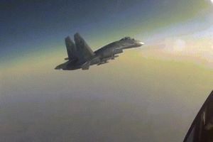Xem chiến đấu cơ Nga lộn ngược, phóng tên lửa đáp trả đợt 'tấn công bất ngờ'