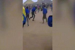 Hàng chục học sinh cầm mã tấu hỗn chiến ở Nam Phi