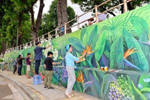 Bức tranh tường 'Hà Nội bốn mùa hoa' trên phố Phó Đức Chính