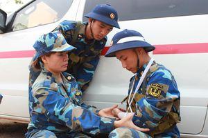 Nữ chiến sĩ quân y tận tụy với công việc