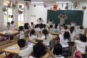 Thầy giáo âm nhạc trổ hết 'chiêu trò' lôi cuốn học sinh