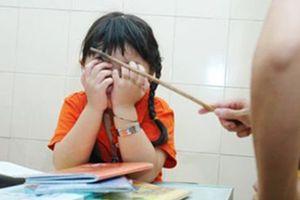 Không chép bài, bé lớp 1 bị cô giáo đánh bầm lưng