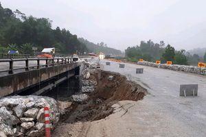 Đường tạm cao tốc Nội Bài - Lào Cai sạt lở, cấm xe tải trọng lớn
