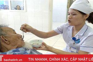 Điều dưỡng Hà Tĩnh tận tụy chăm sóc bệnh nhân
