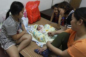 Bé sơ sinh bị bỏ rơi giữa đêm đã được mẹ đến đón về