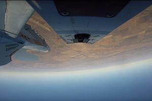 Cận cảnh máy bay Nga trình diễn nhào lộn, bắn tên lửa