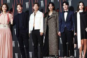 Vừa chạm mặt 'tam ca' Hong Jong Hyun, Lee Jun Ki liền 'đoàn tụ' với Lee Dong Wook, Kim So Yeon và mẹ Kim Sung Ryung tại 'W Korea 2018'