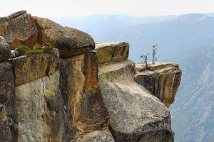 Cặp đôi mất tích khi rơi khỏi vách đá hơn 2.000m