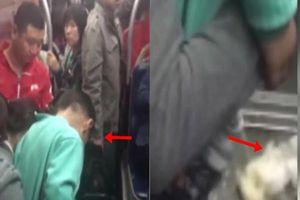Người mẹ thản nhiên cho con đi vệ sinh ngay trên sàn xe buýt