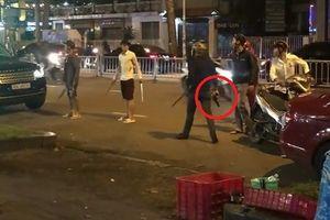 TP.HCM: Nhóm thanh niên mang súng, mã tấu ập vào quán nhậu bắt người