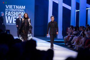 Võ Hoàng Yến,Nam Trung trình diễn catwalk khai mạc tuần lễ thời trang