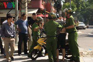 2 thanh niên vượt đèn đỏ, đạp cảnh sát trật tự bị thương