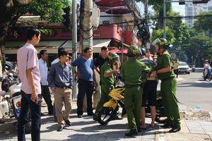 Đà Nẵng: Vượt đèn đỏ, nam thanh niên đạp cảnh sát trật tự bị thương