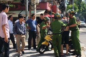 Nam thanh niên chở bạn gái vượt đèn đỏ, đạp 2 CSGT ngã nhào xuống đường