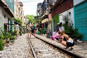 Phố đường tàu - điểm du lịch mới nổi ở Hà Nội